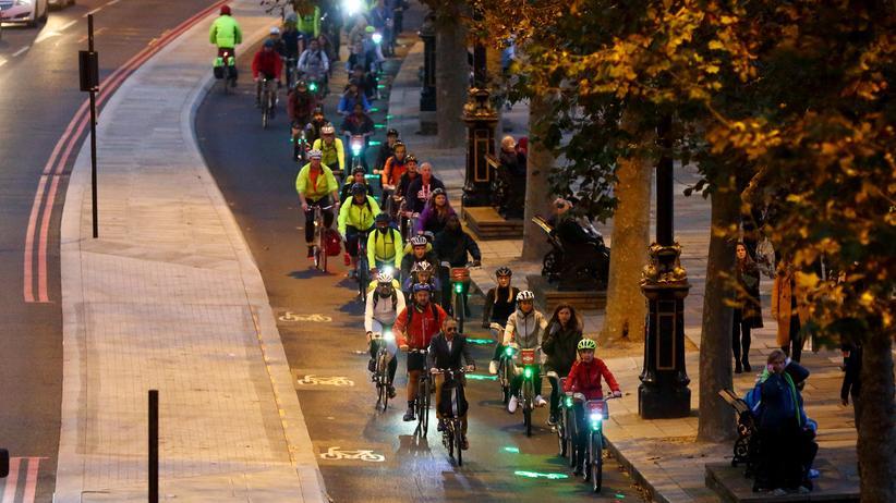Verkehr in London: Radfahrer auf einem Cycle Superhighway (Schnellradweg) in London