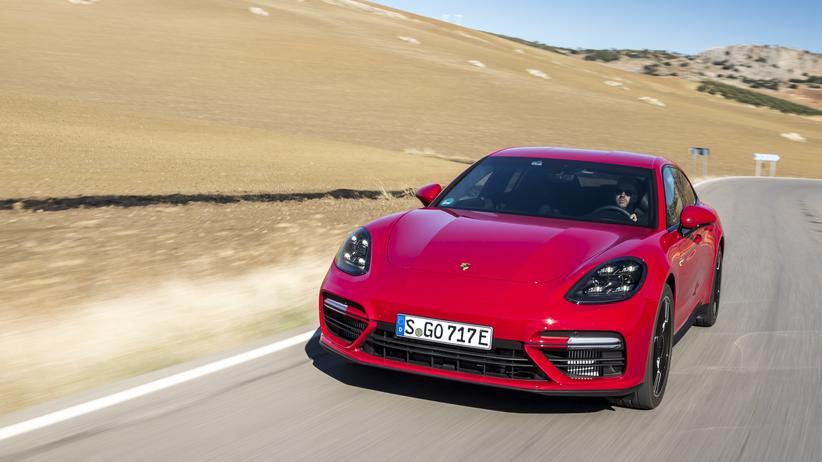 Hybridfahrzeug: Das E auf dem Kennzeichen gibt an: Dieser Porsche Panamera fährt mit Strom.