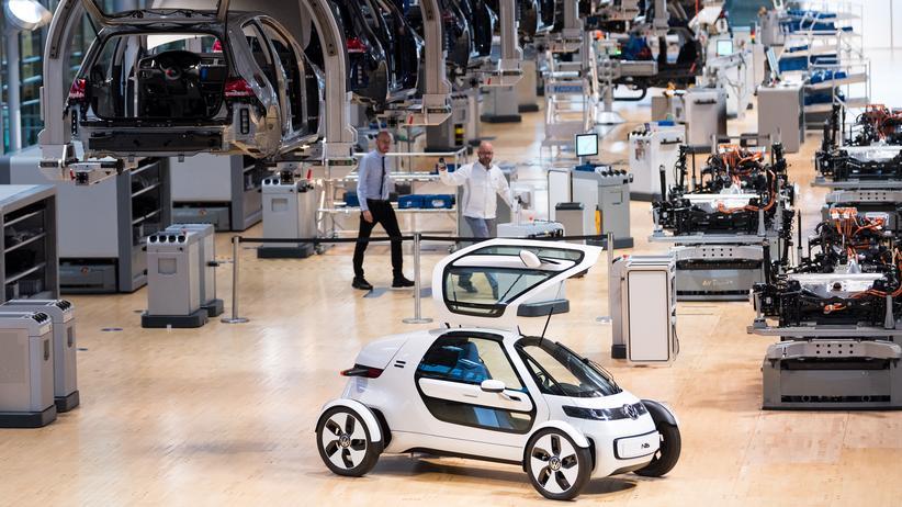 Straßenverkehr: Blick in eine Produktionshalle für den VW E-Golf in der Gläsernen VW-Manufaktur.