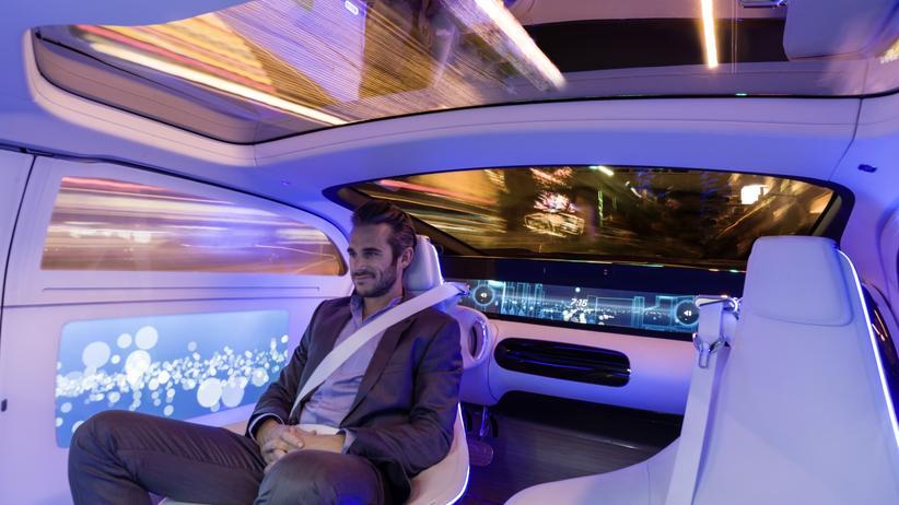Autonomes Fahren: So stellt man sich bei Daimler die Zukunft des Autofahrens vor: Wir werden vom Roboterauto chauffiert.