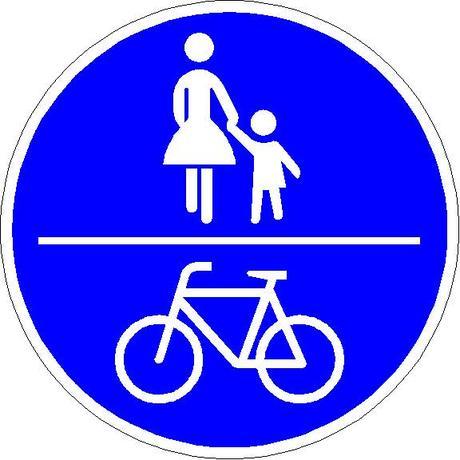 Fahrradfahrer: Verkehrsschild für einen gemeinsamen Fuß- und Radweg