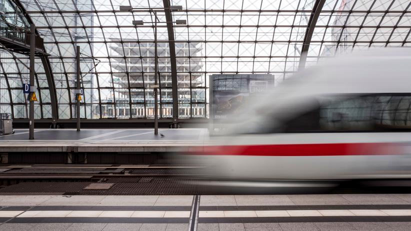 Deutschland-Takt: Ein ICE  fährt vom Berliner Hauptbahnhof los.