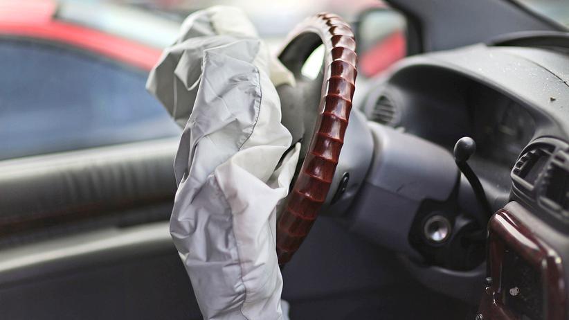 Airbag-Probleme: Bei den Modellen Avensis, Corolla und Corolla Verso kann durch einen Fehler während der Fahrt der Airbag ausgelöst werden.