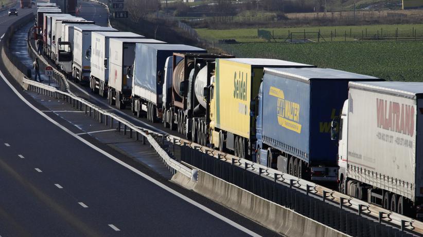 Fernfahrer: Lkw an Lkw reiht sich auf der Autobahn von Brüssel nach Paris.