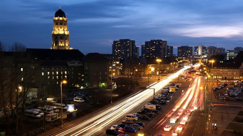 Straßenverkehr: In Berlin stehen Autofahrerinnen und -fahrer am längsten im Stau