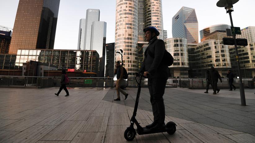 E-Scooter: In Frankreich sind E-Scooter schon zugelassen. Hier nutzt ein Mann ein solches Gerät im Pariser Geschäftsbezirk La Defense.
