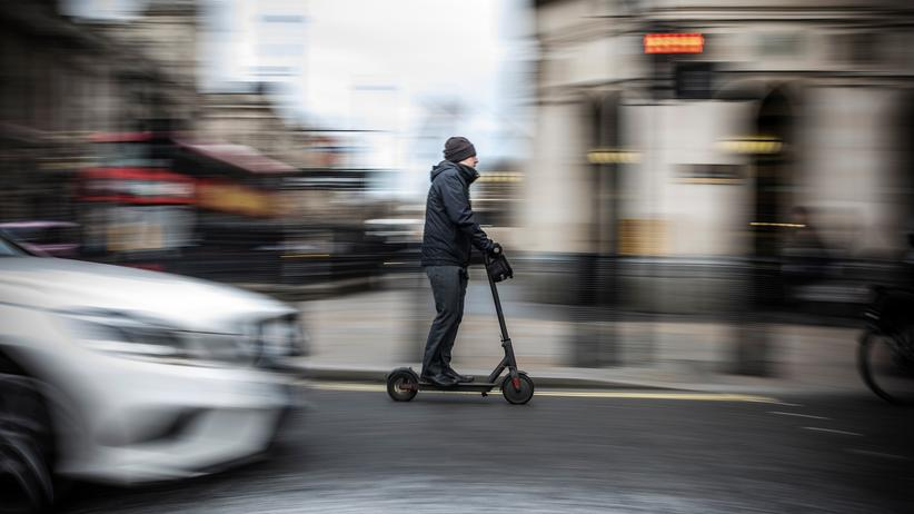 E-Scooter: Ein E-Scooter-Fahrer in London