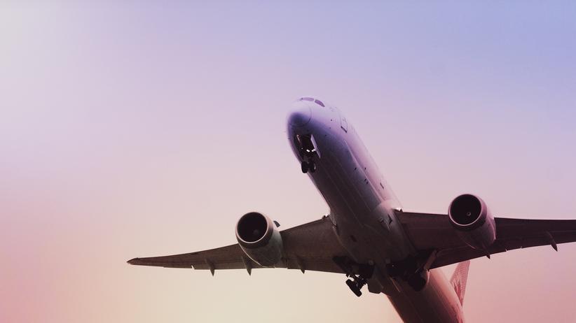 Fluggastrechte: Bei einer unerwarteten Erkrankung muss die Reiserücktrittsversicherung einspringen. Eine konkrete ärztliche Diagnose ist dafür nicht in jedem Fall erforderlich.