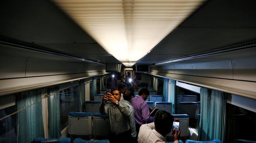 Deutsche Bahn: Fahrgäste machen Fotos in einem Zug von Talgo in Indien.