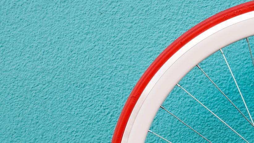 Radfahren: Reifen prüfen: Lässt sich der Reifen mit dem Daumen leicht eindrücken, sollten Sie ihn aufpumpen.