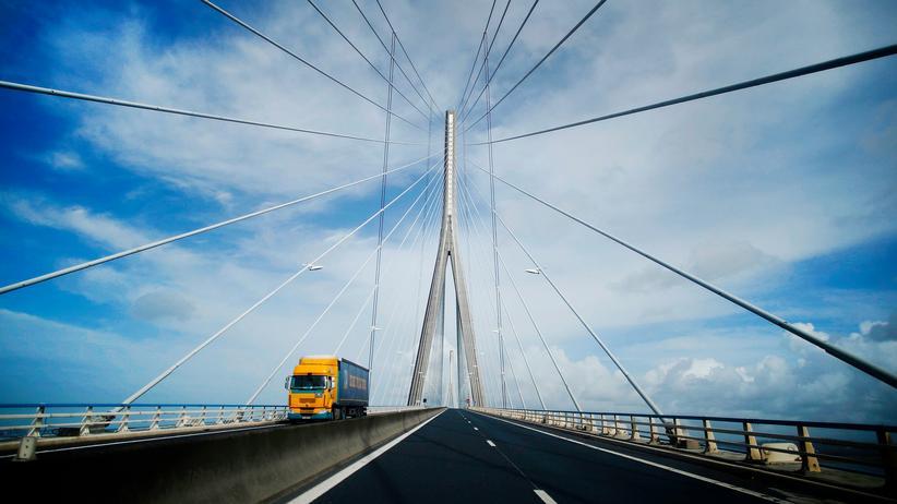 Fernfahrer: Ein Lkw überquert die Seine bei Le Havre in Frankreich.
