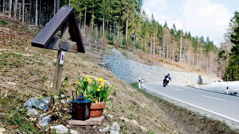 Motorradfahren: Reine Blechschäden sind bei Motorrädern selten: Wenn es kracht, geht das fast immer mit Verletzungen einher, viel zu oft auch mit tödlichen.