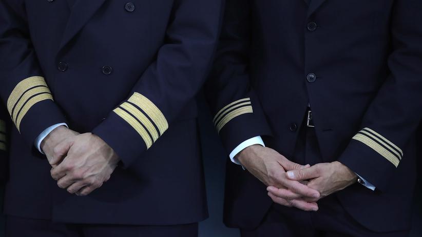 Bundesgerichtshof: Ein Pilot und ein Steward am Münchner Flughafen – nicht immer kommen alle Flieger pünktlich an.