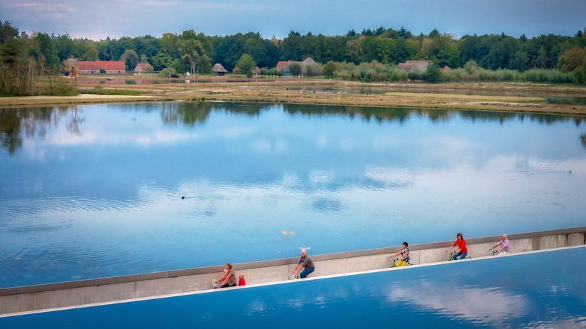 """""""Bicycle Architecture Biennale"""": In der Nähe des belgischen Limburg können Radler einen See durchfahren."""
