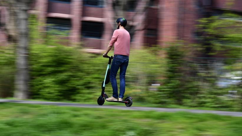 E-Scooter: Ein E-Tretroller-Fahrer in Berlin