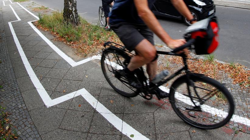 Straßenverkehr: Fahrradstreifen im Berliner Bezirk Zehlendorf. Der Radfahrerverband fordert schon seit Langem einen deutlichen Ausbau der Radwege.