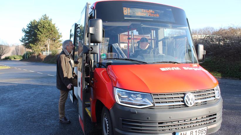 Bürgerbus: Sie sind stolz auf ihren neuen Niederflurbus: Ein Fahrer des Bürgerbusvereins Heek-Legden nimmt einen Fahrgast mit.