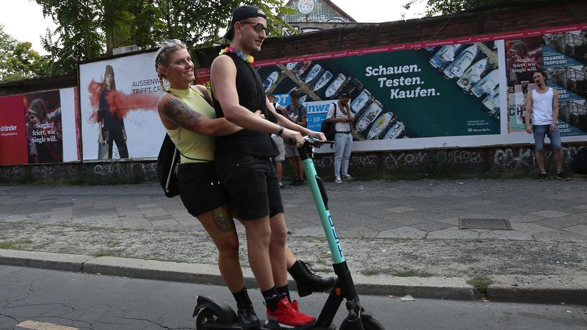 E-Tretroller: So etwas ist nicht erlaubt: Zwei Menschen fahren gleichzeitig auf einem E-Scooter