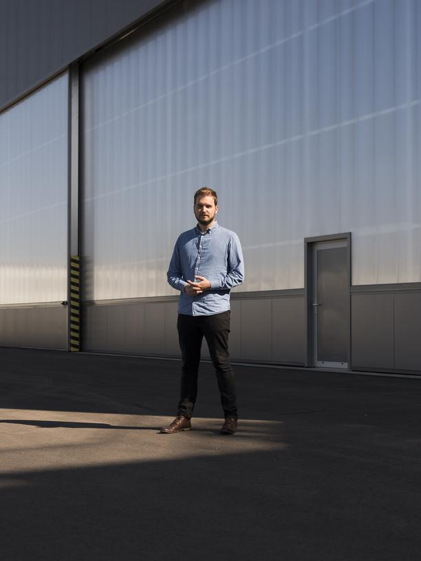 Flugtaxis: Lilium ist längst kein Studentenprojekt mehr: Matthias Meiner, einer der vier Mitgründer, vor der Lilium-Halle in Oberpfaffenhofen.