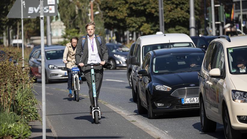 IAA 2019: Seit die E-Scooter Deutschland erreichten, hatte unser Autor die Roller verteufelt. Nun machte er auf der IAA in Frankfurt den Selbstversuch – mit überraschendem Ausgang.
