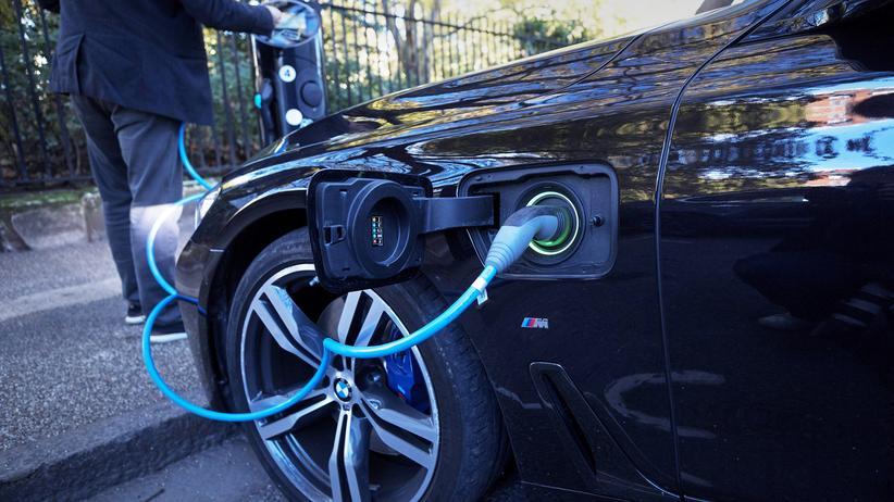 Elektromobilität: Klimafreundlich oder nicht? Ein E-Auto wird in London aufgeladen.