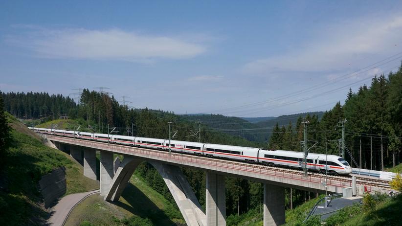 Zugverkehr: Ein ICE der Deutschen Bahn auf der Schnellstrecke zwischen Nürnberg und Erfurt.