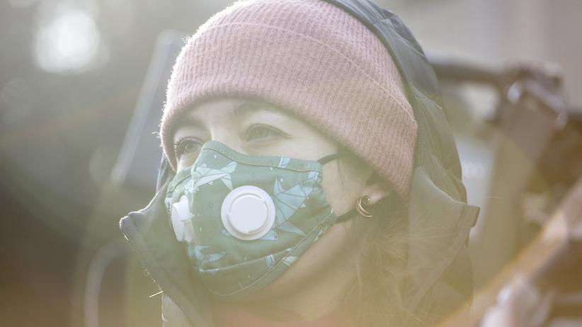 Dieselfahrzeuge: Eine Polin trägt eine Atemschutzmaske gegen den Smog.