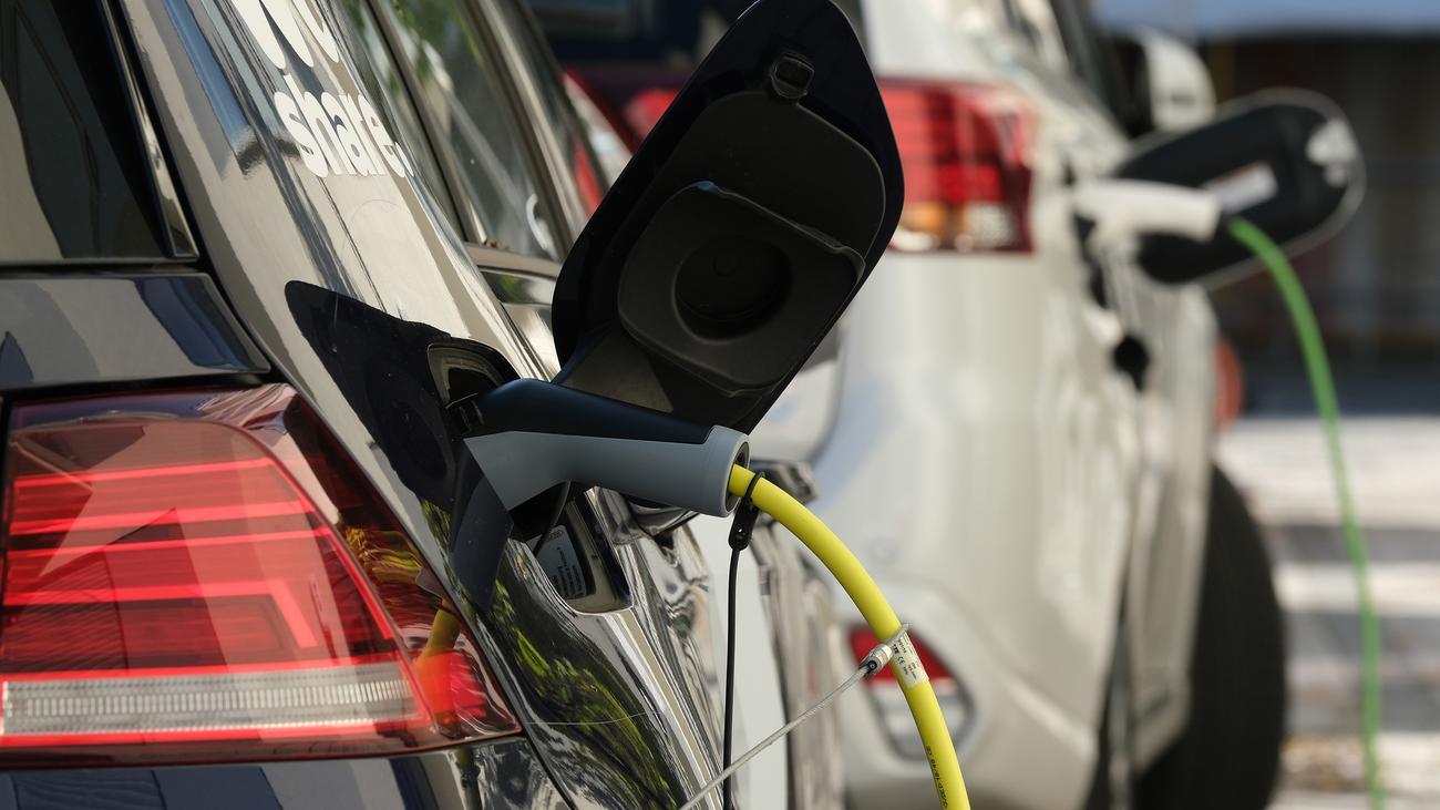 Elektromobilität: Bundesregierung dringt auf mehr Ladestationen für Elektroautos