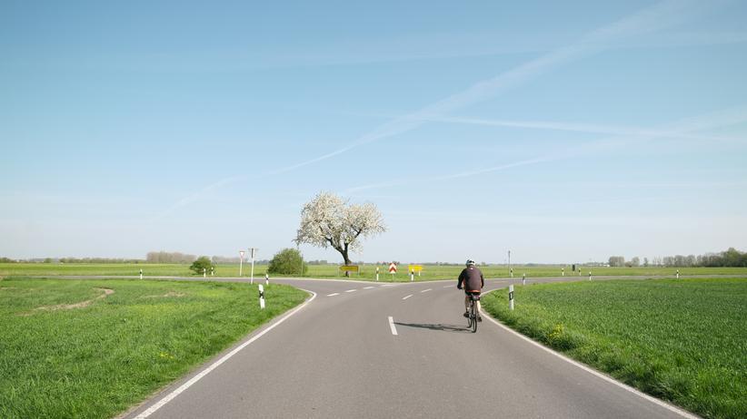 Mobilität: Kein Radstreifen, keine Geschwindigkeitsbegrenzung: Fahrradfahren auf dem Land ist nicht nur idyllisch.