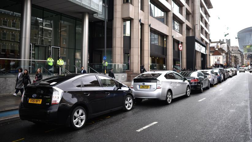 Mobilität: Vor dem Unternehmenssitz in London parken eine Reihe von Uber-Fahrzeugen.