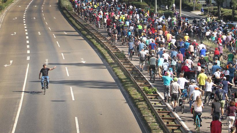 Verkehrswende: Fahrradprotest während der Automesse IAA in Frankfurt