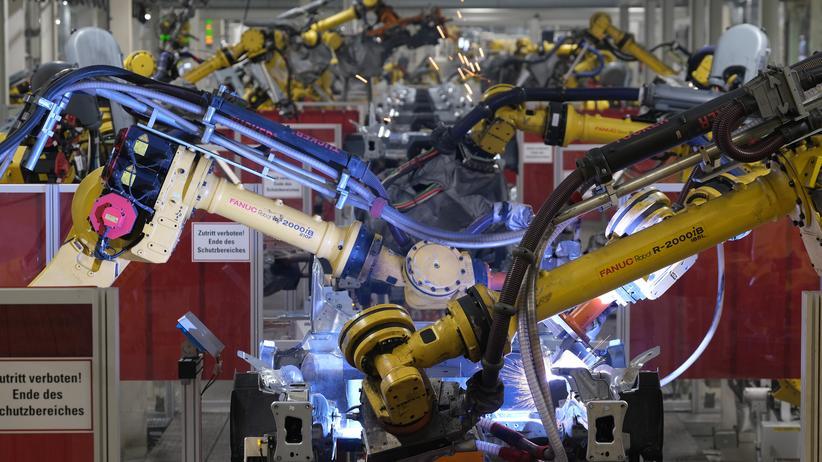 Verkehrswende: Roboter schweißen in einer VW-Fabrik in Wolfsburg Autoteile zusammen.