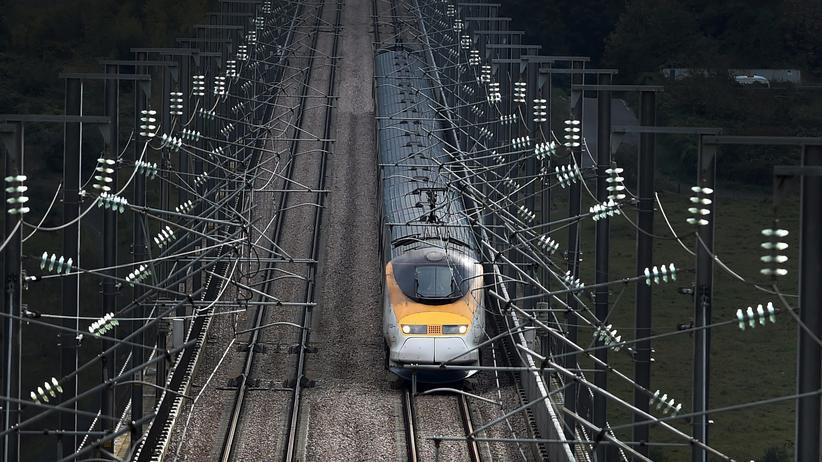 Zugverkehr: Ein Zug in England. Zugreisen durch europäische Länder sind oft anstrengend und teuer.