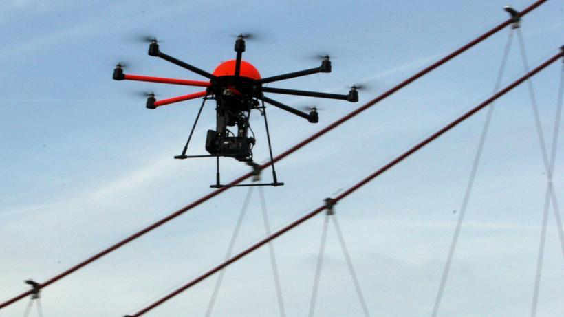 Drohnen: Eine Drohne über Frankfurt am Main: Wie lassen sich Zusammenstöße in der Luft verhindern?