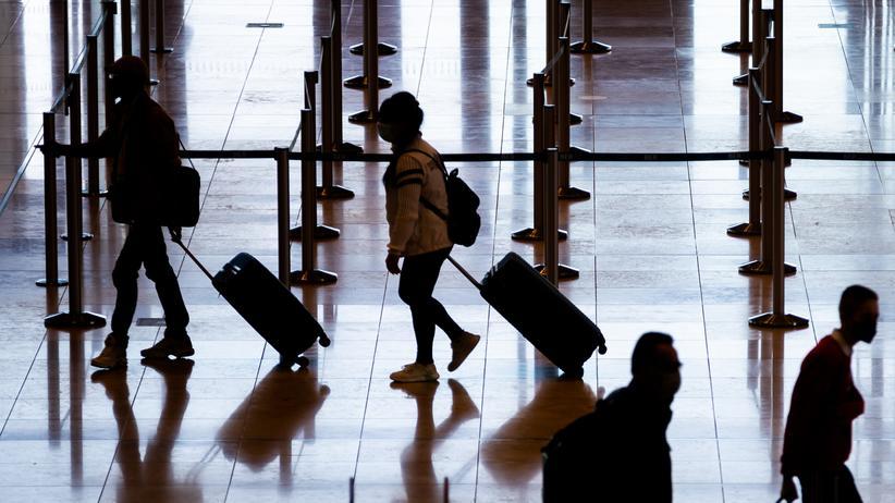 Flughafen Berlin Brandenburg: Wer in diesen Tagen vom BER abfliegt, sollte viel Zeitpuffer einplanen. Am Wochenende kam es zu langen Schlangen.