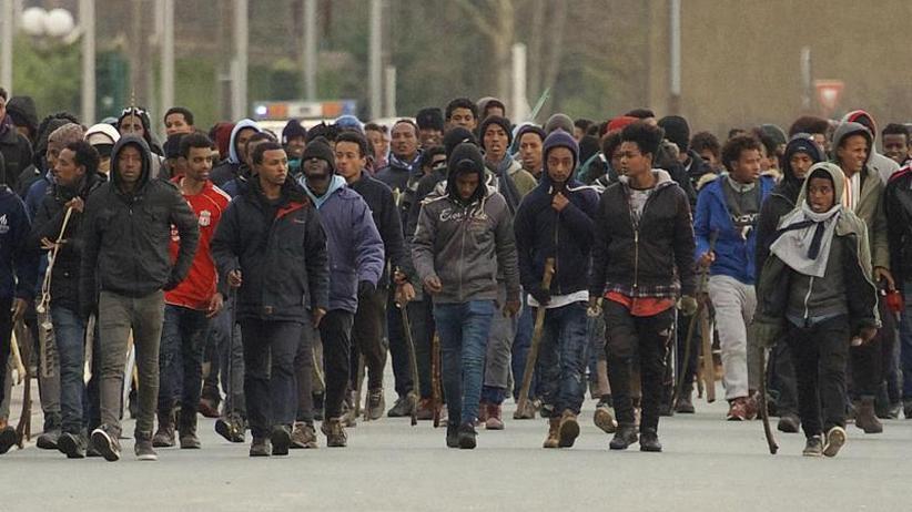 Prügeleien, Schüsse, Verletzte: Blutige Auseinandersetzungen zwischenMigranten in Calais