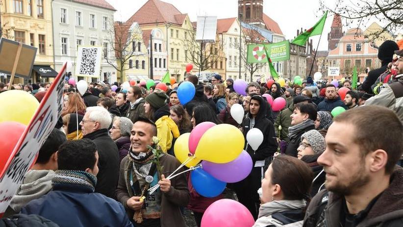 Nach Übergriffen: Hunderte demonstrieren in Cottbus für Weltoffenheit