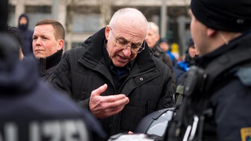 Tumultartige Szenen: Dresdner Polizei löst Neonazi-Kundgebung auf