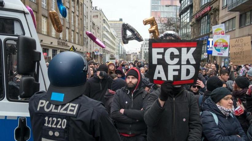 """Rangeleien und Wortgefechte: Rechter """"Frauenmarsch"""" in Berlin nach Blockaden beendet"""