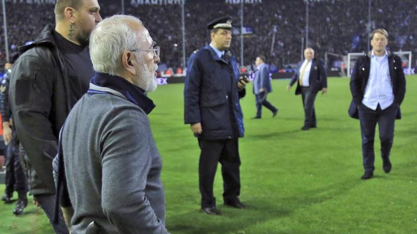 """Griechische Fußball-Krawalle: Nach Revolverauftritt: FIFA warnt vor einem """"Fußball-Grexit"""""""