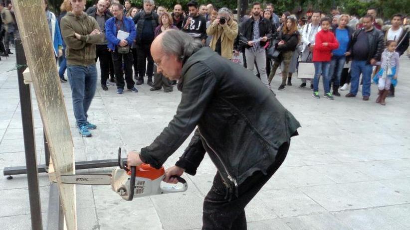 Lautstarker Protest: Deutscher Künstler überrascht Athener mit Kettensägen-Aktion