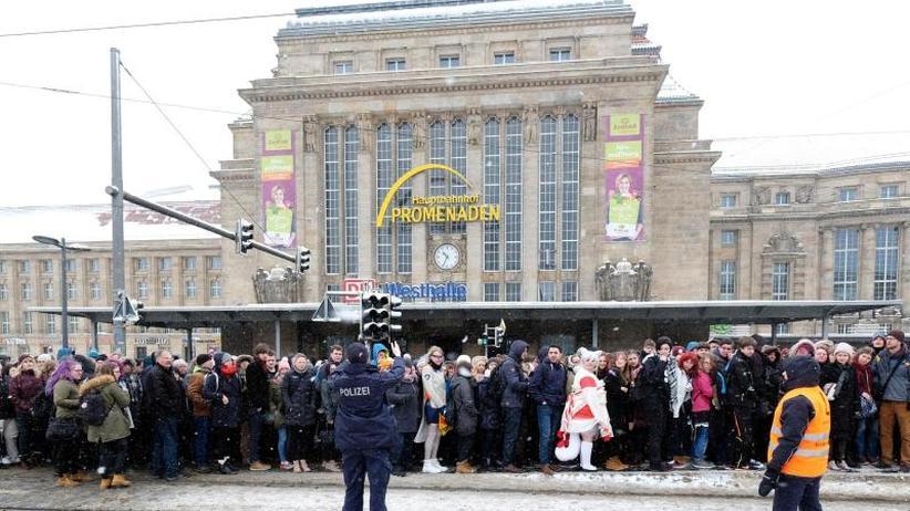 Schnee vertreibt den Frühling: Die Kälte ist zurück: Hauptbahnhof in Leipzig lange gesperrt