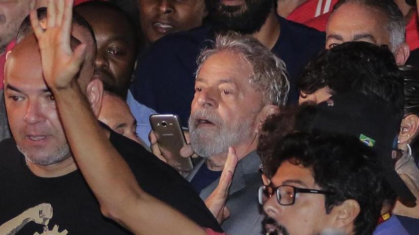Wegen Korruption verurteilt: Brasiliens Ex-Präsident Lula tritt Haft an