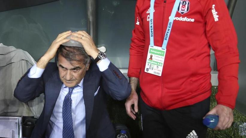 Zuschauer-Ausschreitungen: Werfer nach Kopfverletzung von Besiktas-Trainer festgenommen