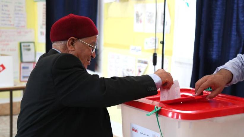 Wahlbeteiligung niedrig: Kommunalwahl in Tunesien: Prognosen sehen Islamisten vorn