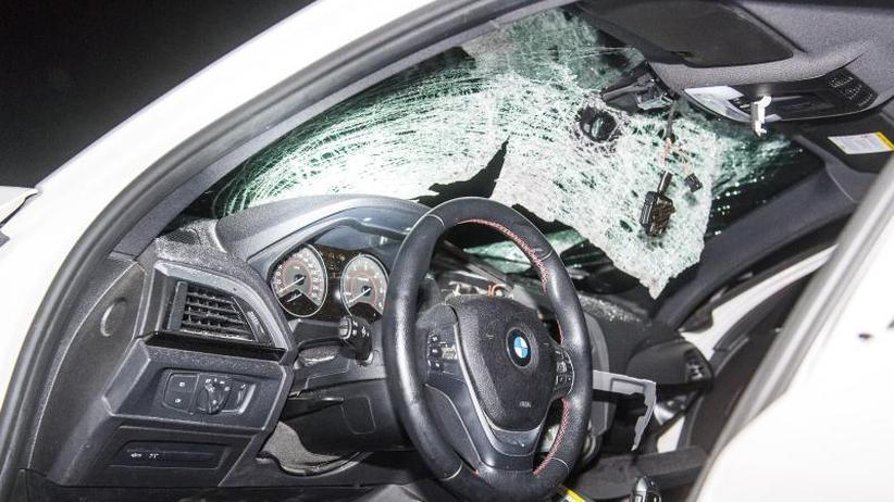 Auf der Autobahn 7: Fußballgroßer Stein in Autoscheibe - Frau schwer verletzt