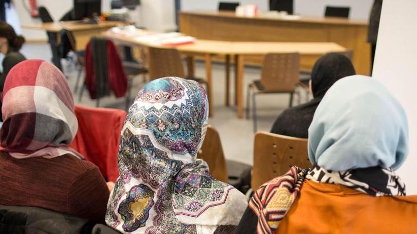 Streit um Kopfbedeckung: Lehrerin mit Kopftuch? Urteil zu Religionsfreiheit erwartet