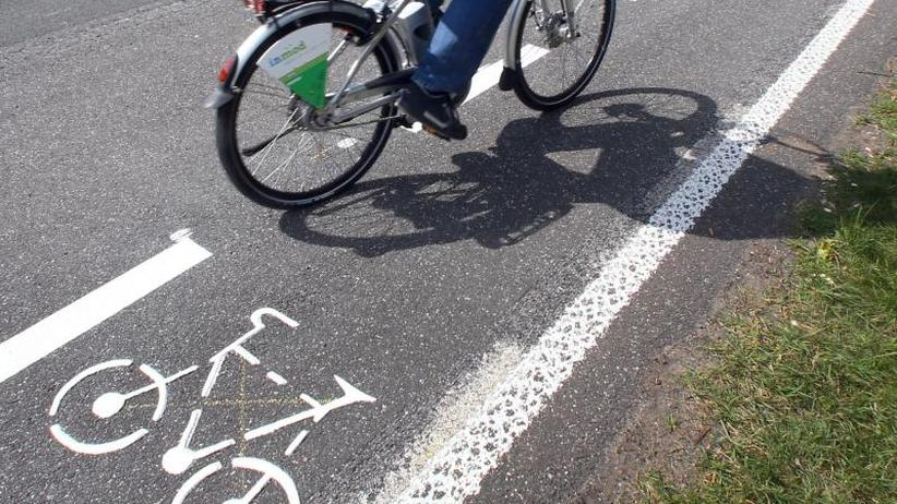 Auto rast in Gruppe: Radfahrerin nach Verkehrsunfall in Brandenburg gestorben