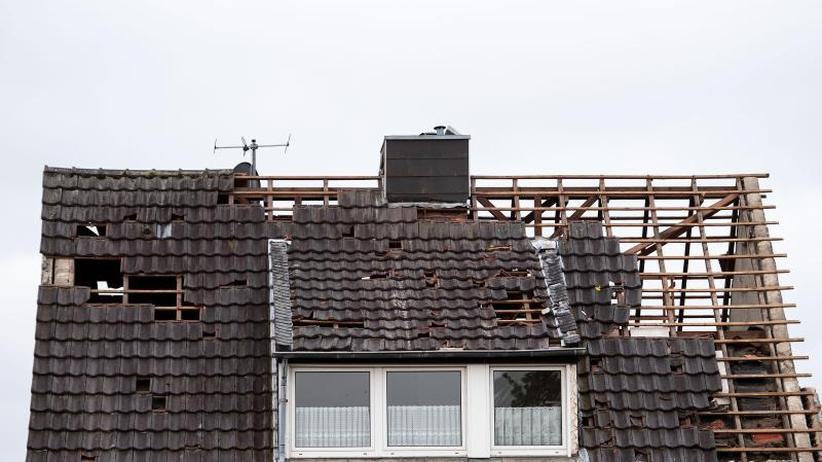 40 bis 50 Häuser abgedeckt: Aufräumarbeiten nach Wirbelsturm am Niederrhein