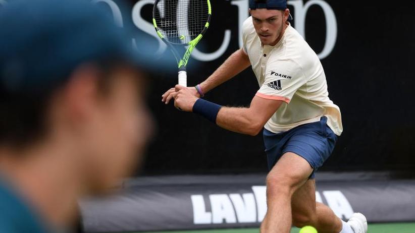 ATP-Turnier in Stuttgart: Nach Sieg über Mischa Zverev:Federer im Viertelfinale